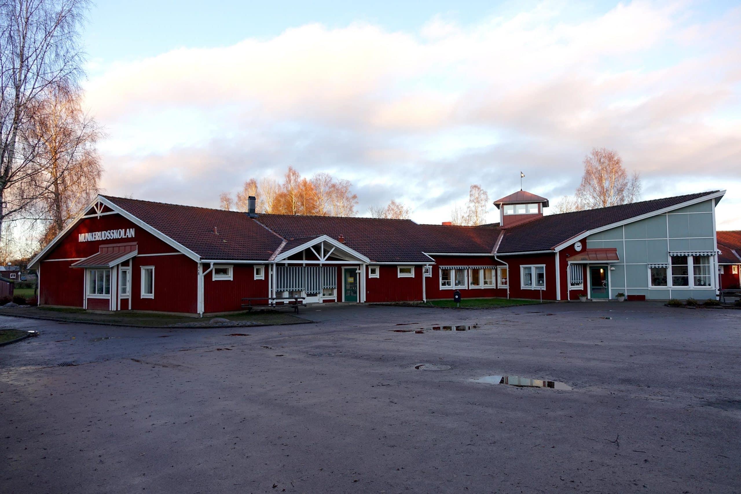 Munkerudsskolan med sin röda träfasad.