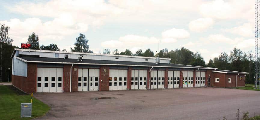 Räddningstjänsten är inhyst i en byggnad med tegelfasad och åtta portar för räddningsfordon.
