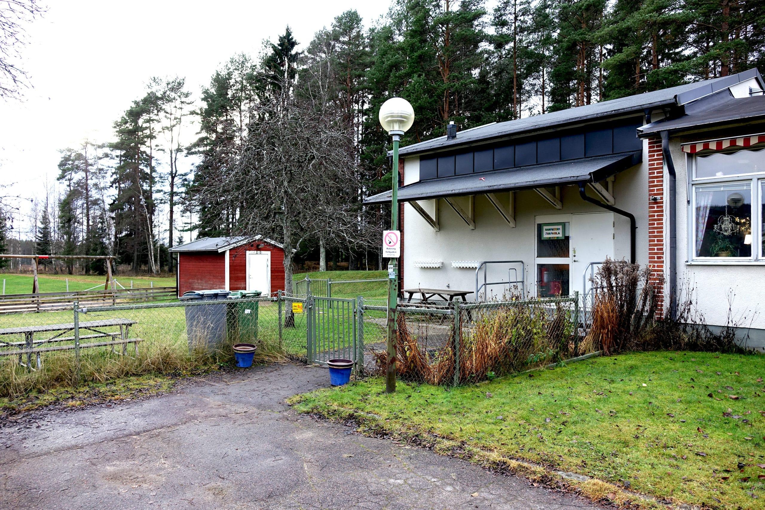 En av entréerna till Ransäters förskola och en liten del av skolgården.