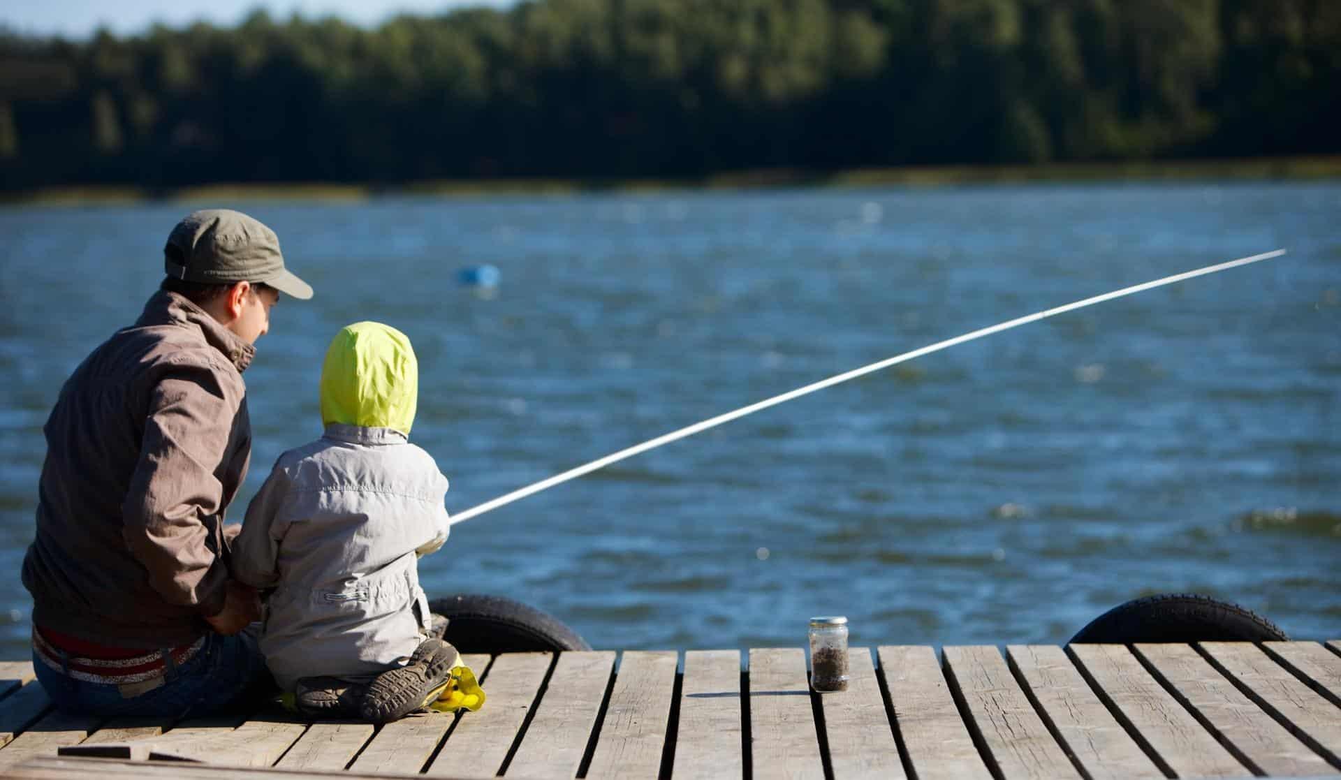 Pappa och barn som fiskar
