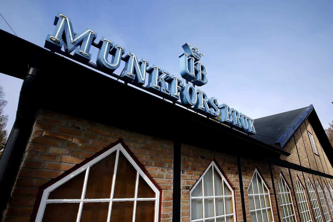 Gamla brukets museer är inhysta i en tegelbyggnad. På taket står det Munkfors Bruk med stora blå bokstäver.