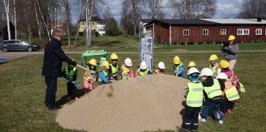 Förskolebarn var med och tog det första spadtaget tillsammans med kommunalrådet.