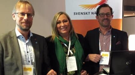 Mathias Lindquist, kommunalråd, Birgitta Svensson, turism- och näringslivschef och Jan-Olof Appel, kommunchef, står arm i arm framför en roll-up med Svenskt Näringslivs logotyp.