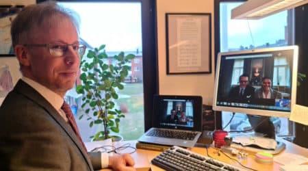 Mathias Lindquist står framför sin dator. På skärmen ses Kronprinsessparet.