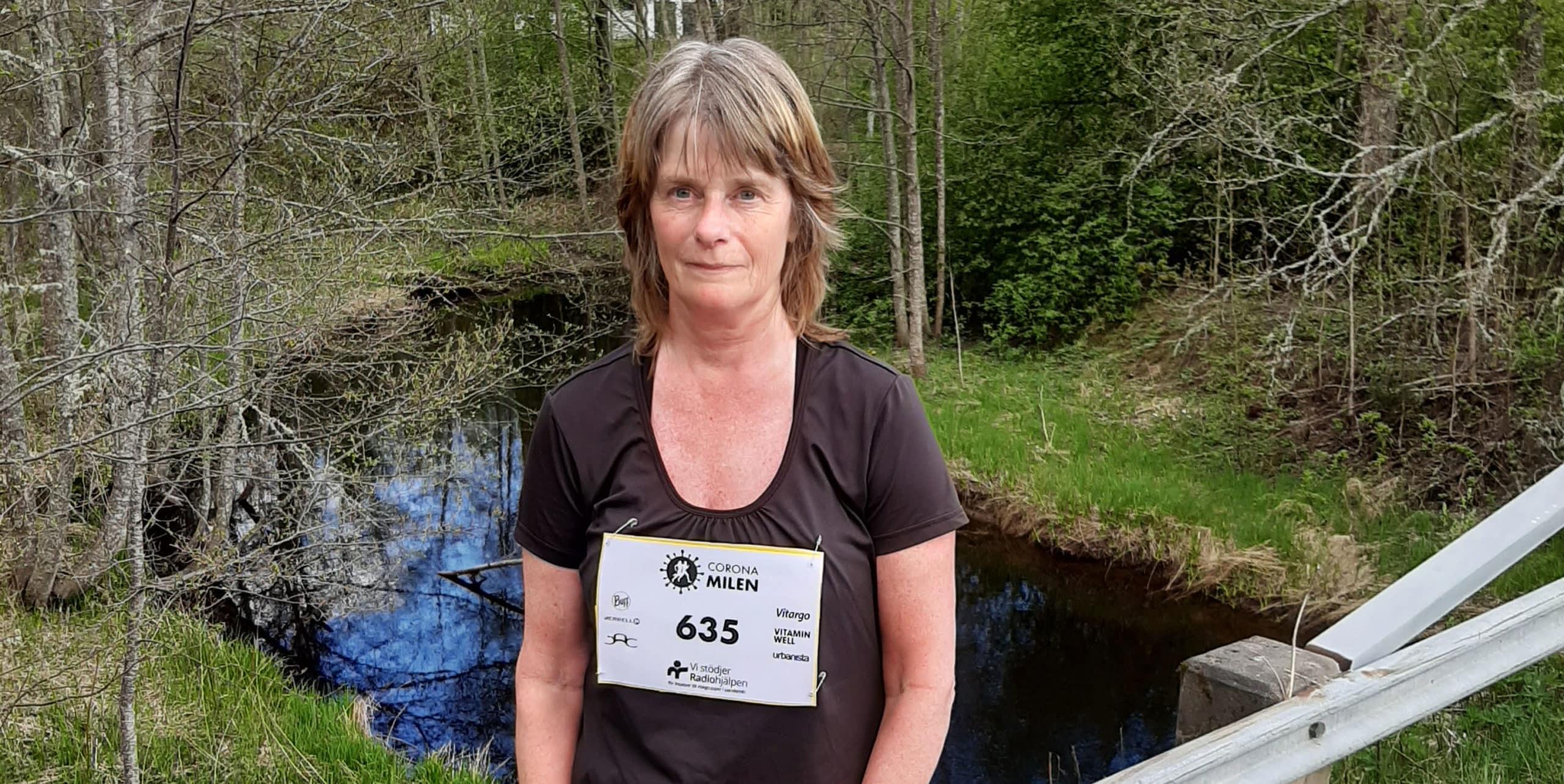 Ann-Catrine poserar framför Ranån iklädd träningskläder.