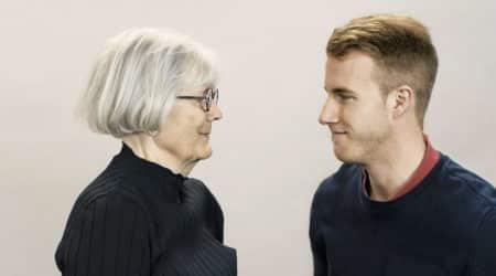 Äldre kvinna och yngre man tittar varandra i ögonen.